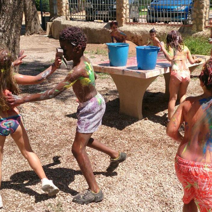 niños pasandoselo bien en un campamento de verano en valencia
